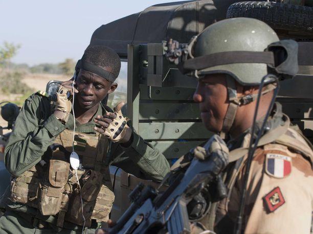 Ranskan armeijan sotilaita kuvattuna Malilla. Kuvituskuva.