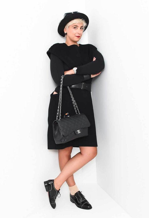 Muotitoimittaja Katharine Zarrella ja Chanelin flap bag -laukku.