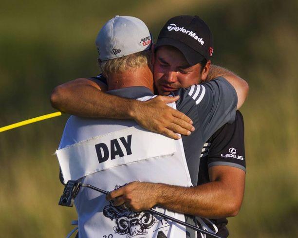 Caddiena toimiva Colin Swatton (selin) on Jason Dayn golfuran tärkein tukipylväs.