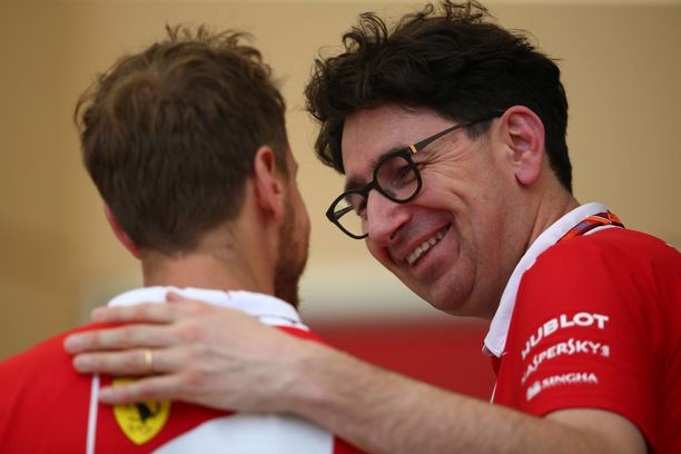 Mattia Binotto on suosinut Sebastian Vetteliä (vas). päätöksissään.