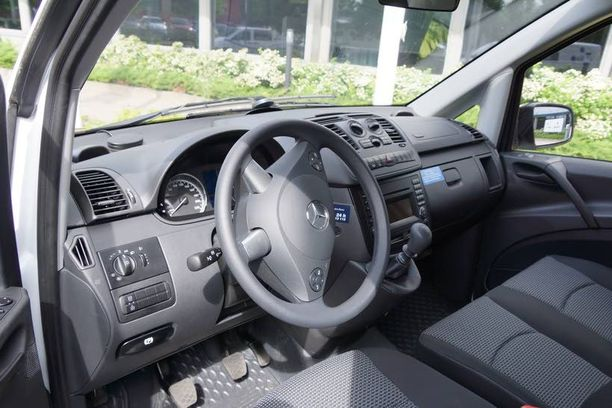 Testiautomme hallintalaitteet ovat perinteiset eli ratti on vasemmalla ja vaihteisto on manuaalinen. Varsinaiset jakeluautot ovat sitten erikseen.