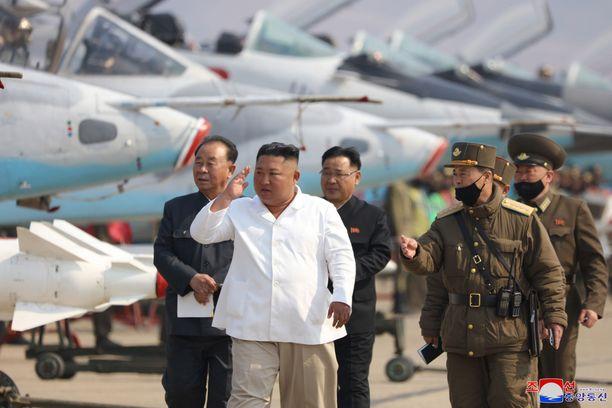 KCNA:n mukaan Kim Jong-un katsastaa tässä kuvassa ilmavoimia huhtikuun 12. päivänä.