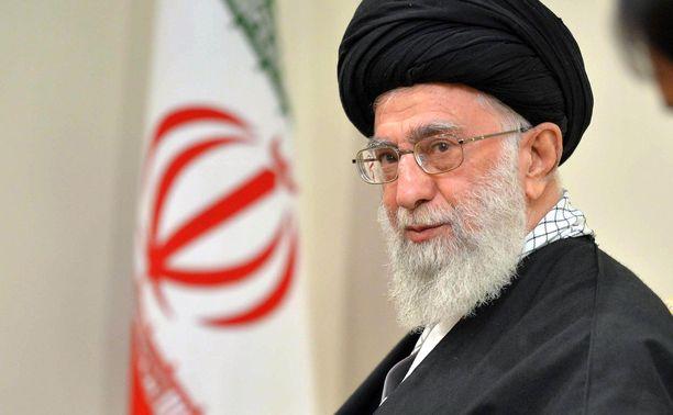 Iranin hengellinen johtaja Ali Khamenei vuonna 2015 Teheranissa tavatessaan Venäjän presidentti Vladimir Putinia. Iranin hengellinen johtaja on Iranin islamilaisen tasavallan valtionpäämies ja korkea-arvoisin poliittinen ja uskonnollinen henkilö, jonka alaisuudessa ovat muun muassa Iranin asevoimat, oikeusjärjestelmä ja valtiollinen televisio.