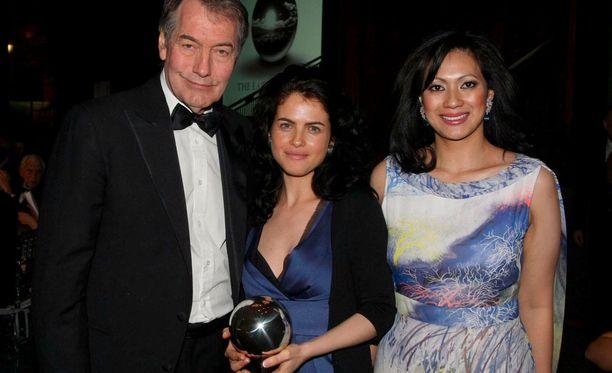 Neri Oxman poseeraa keskellä vuonna 2009 voitettuaan The Earth Awards -palkinnon.