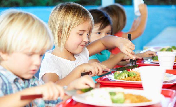 Della Curry on huolissaan lapsista, jotka joutuvat selviämään koko koulupäivän yhdellä juustosämpylällä. Kuvituskuvaa.
