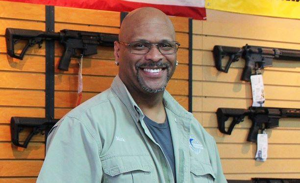 Mark Warner kertoo, että aseet ovat suosittu joululahja etenkin miehille.