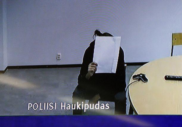 Oulun käräjäoikeudessa vangittiin tiistaina kaksi uutta seksuaalirikoksista epäiltyä nuorta miestä. Kuva päivän ensimmäisestä käsittelystä.