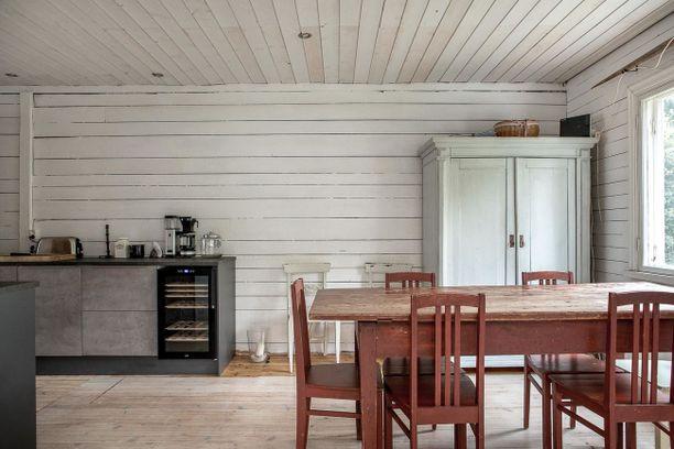 Vielä hieman viimeistelemättömässä keittiössä yhdistyvät rappioromantiikka ja modernit kodinkoneet. Tunnelma lautalattioineen ja puuseinineen on hurmaava!