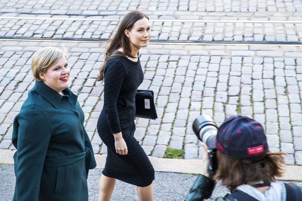 Annika Saarikko (kesk) ja Sanna Marin (sd) ovat käyneet keskustelua hallituksen pelisäännöistä.