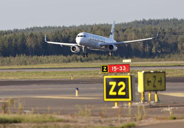 Helsinki-Vantaan lentokentällä Finnairin kone oli saanut luvan ylittää kiitotien, kun SAS:n lento oli juuri laskeutumassa. Kuvituskuva.
