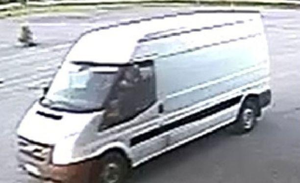 Varkaat pakenivat Ford Transit -merkkisellä pakettiautolla.