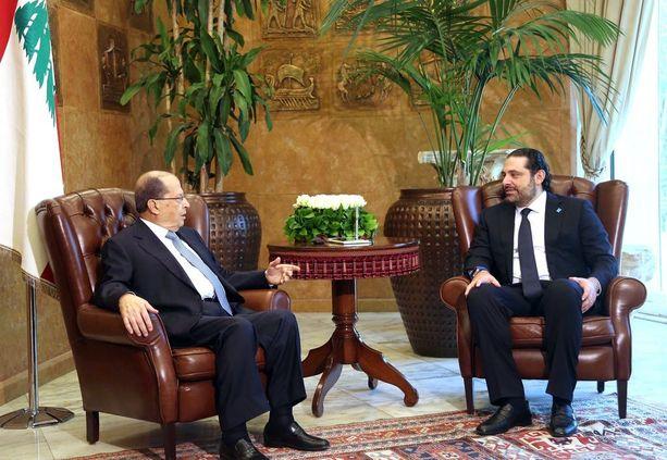 Libanonin presidentti Michel Aoun (vas.) yhdessä pääministeri Saad Haririn kanssa vuosi sitten Beirutissa otetussa kuvassa.