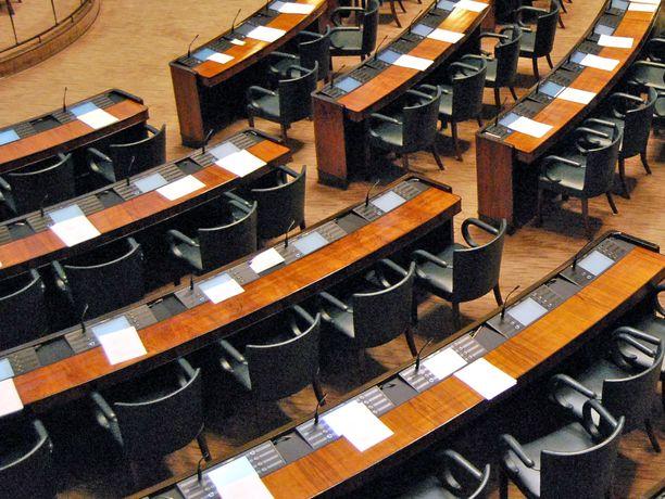 Koronavirus on sulkenut parlamentit Italiassa ja Itävallassa. Suomessa eduskunta jatkaa toimintaansa, mutta yleisövierailut ja kansalaistilaisuudet on päätetty perua.