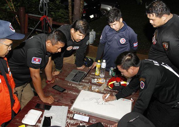 Pelastustyöntekijät kävivät suunnitelmaa läpi maanantaina.