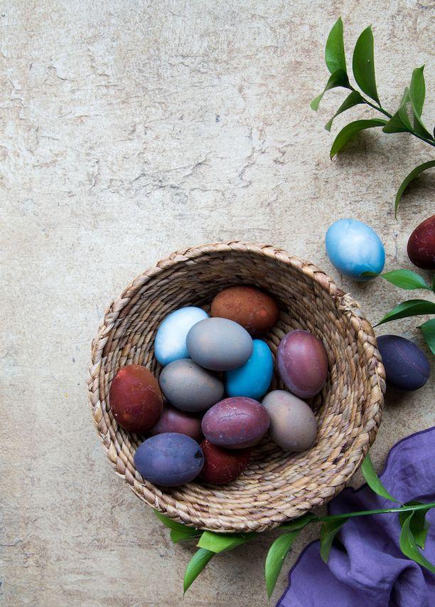 Kananmunat saavat kauniit värit pintaan erilaisista luonnonraaka-aineista.
