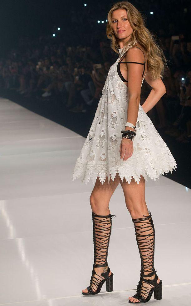 Gisele lopetti catwalk-uransa Colccin näytökseen Sao Paulon muotiviikoilla.