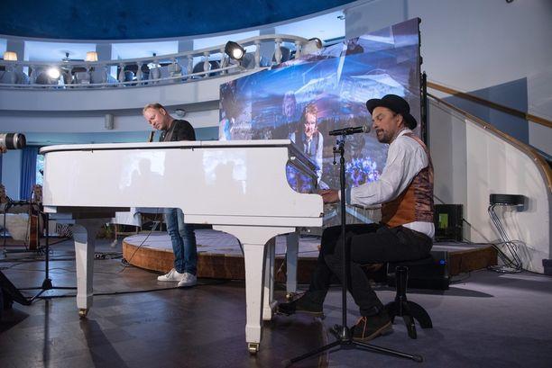 Tuure Kilpeläinen oli elementissään antaessaan esimakua lehdistölle Vain elämää -kappaleista tiedotustilaisuudessa. Mies heittäytyi musiikkiesitykseen pianoa soittaen ja laulatti muun muassa toimittajia.