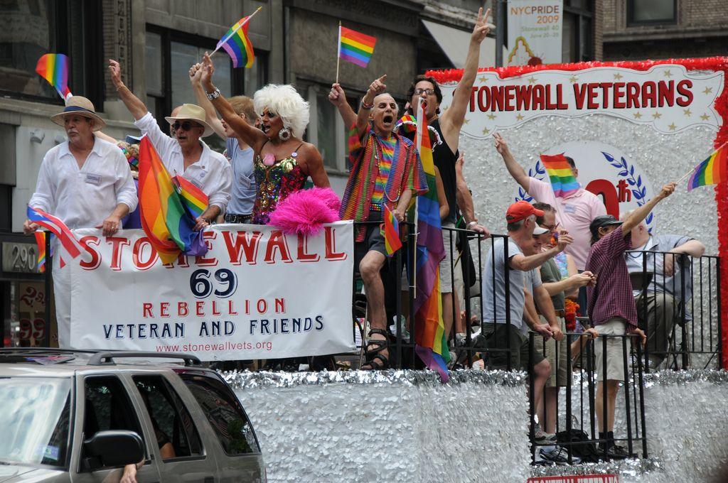 "Stonewallin ""veteraaneja"" Pride-kulkueessa."