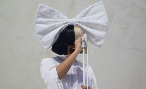 Tältä Sia esiintyessään näyttää.