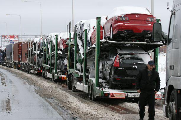 Venäläisiä rekka-autoja jonottamassa Vaalimaan rajalla.
