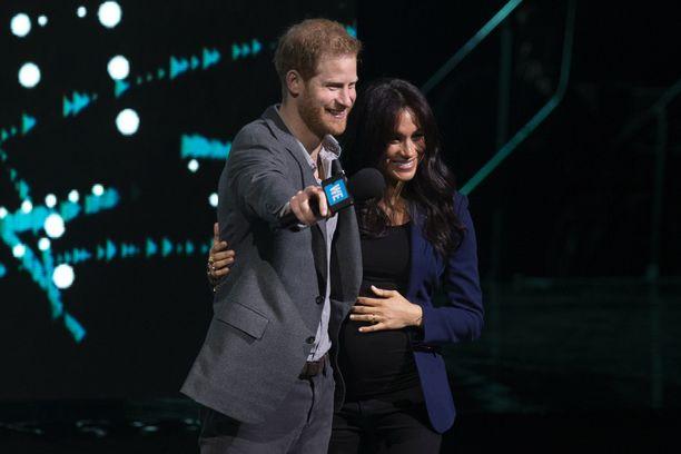 Prinssi Harry on nykyään rento esiintyjä, kiitos vaimonsa.