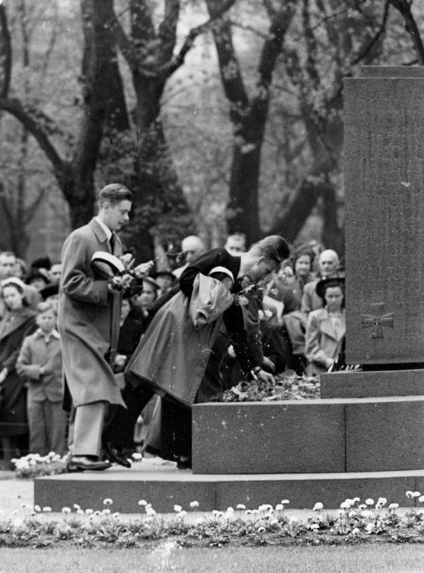 """""""Vastaleivotut valkolakkiset kaipasivat koulutovereitaan juhlapäivänään"""", kirjoitettiin Uudessa Suomessa toukokuun 31. päivänä 1941. Kuvassa Ressun lukion ylioppilaat laskevat ruusuja Vanhan kirkon puistossa olevalle sankarihaudalle."""