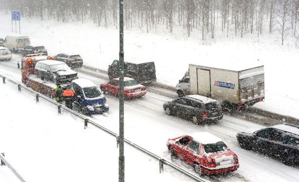 Lumipyry hankaloittaa liikennettä osassa maata. Kuvituskuva.