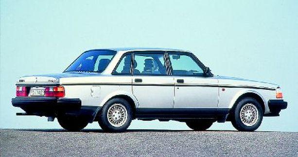 Ikean perustaja Ingvar Kamprad ajelee kuvan kaltaisella vuoden 1993 Volvo 240 GL -autollaan. Mieluiten hän käyttää kuitenkin julkisia liikennevälineitä hyödyntäen eläkeläisalenennukset.