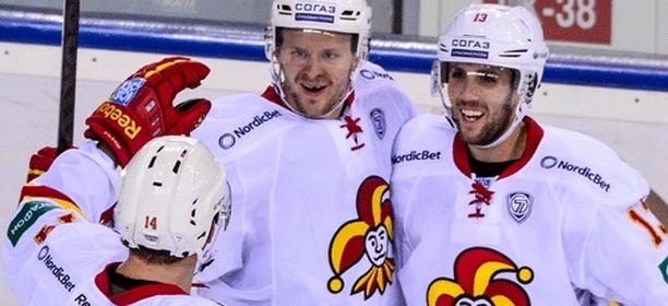 Ville Lajunen (kuvassa keskellä) joutui huilivuoroon.