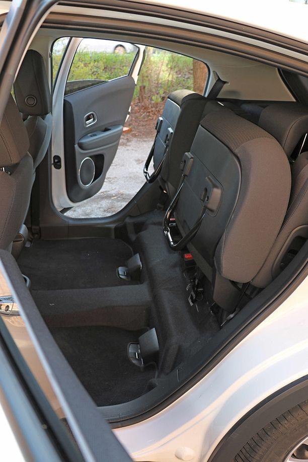 Takana Magic Seats -istuimissa istuintyynyt voi nostaa ylös ja niin saadaan kätevä korkea lastaustila. Esimerkiksi polkupyörän tai korkeiden huonekasvien kuljettaminen saattaa tämän ansiosta helpottua merkittävästi.