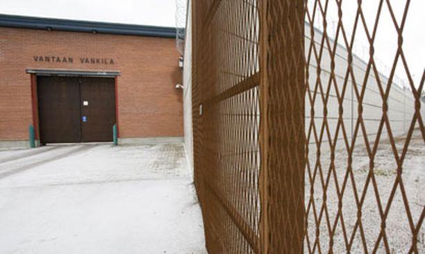 Törkeistä pahoinpitelyjen yrityksistä epäilyä miestä säilytetään Vantaan vankilassa.