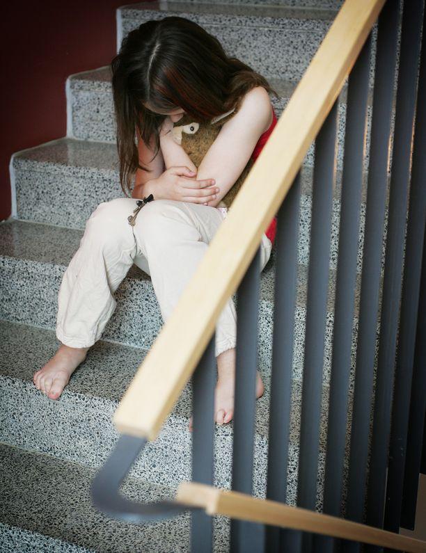Kolmatta luokaa käyvä tyttö mukiloitiin julmasti alakoulun pihalla Kuopiossa helmikuussa. Tapaus on selvitetty koulun sisäisesti. (Kuvan tyttö ei liity tapaukseen.)