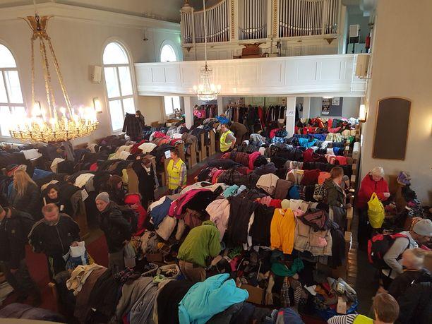 Vuonna 1825 käyttöön otettu Tampereen keskustan vanhin rakennus eli Tampereen Vanha kirkko täyttyi lahjoitetuista vaatteista. Niitä tuli erään arvion mukaan jopa 2000 kilogrammaa.