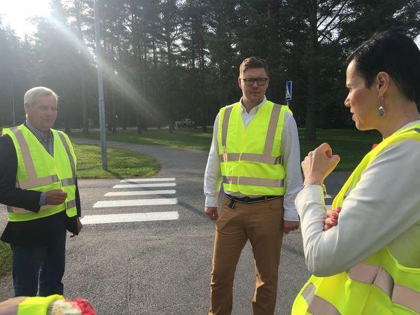 SDP:n Antti Rinne (kuvassa vasemmalla) kertoi näkemyksiään Iltalehdelle torstaina Oulussa eduskuntaryhmän kokouksessa. Kokoustamisen ohessa demarit turvasivat koululaisten koulumatkaa.