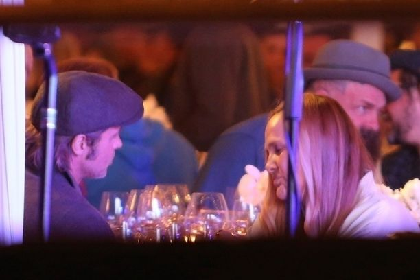 Silverlaken musiikkikonservatoriossa järjestetyssä gaalassa kuunneltiin esiintyjiä. Brad Pitt ja Sat Hari keskittyivät keskustelemaan intensiivisesti.