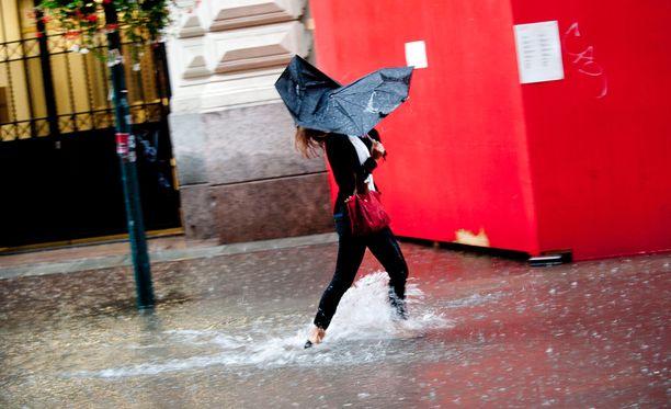 Rankkasateita on nähty tänään pääkaupunkiseudulla. Eniten satoi Kaisaniemessä. Arkistokuvaa Kluuvikadulta.