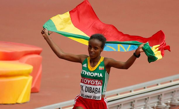 Mare Dibaba juhli Etiopian lipun kanssa maratonin maailmanmestaruutta.