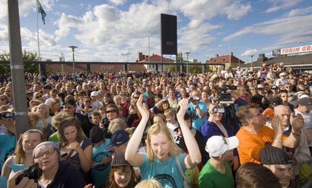 Kuusamon torilla oli tuhansia ihmisiä onnittelemassa.