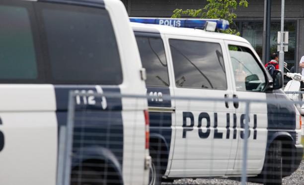 Poliisijärjestöjen puheenjohtajan Yrjö Suhosen mukaan vastaanottokeskusten hajasijoittelu aiheuttaa ongelmia hälytyksiin meneville partioille.