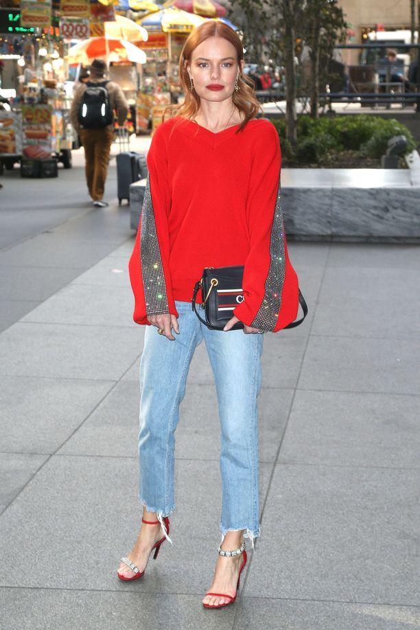 Rento neule ja täydelliset farkut saavat lisämaustetta upeista kengistä. Suorat ja pätkäistyt lahkeet tekevät Katen farkuista supermuodikkaat.