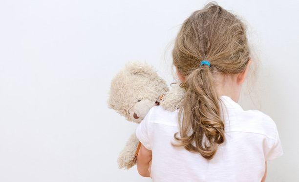 Laissa on porsaanreikiä, joiden ansiosta pedofiilit voivat jatkaa usein toimimista lasten parissa.