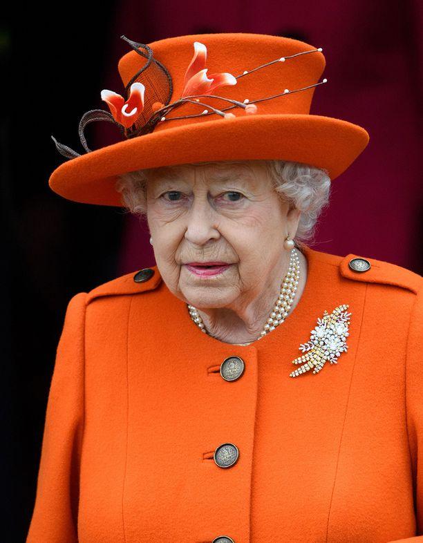 Kuningatar Elisabetilla oli kirkkaan oranssi asu.