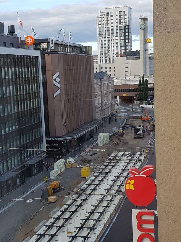 Stockmannin edusta on saanut raiteet rautatieaseman edessä. Valkoiset laatat ovat eristelevyjä.