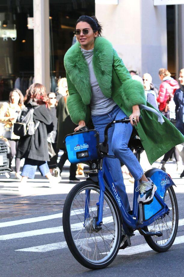 Kendall Jenner 23-vuotissyntympäivänsä kunniaksi pyöräajelulla New Yorkissa.