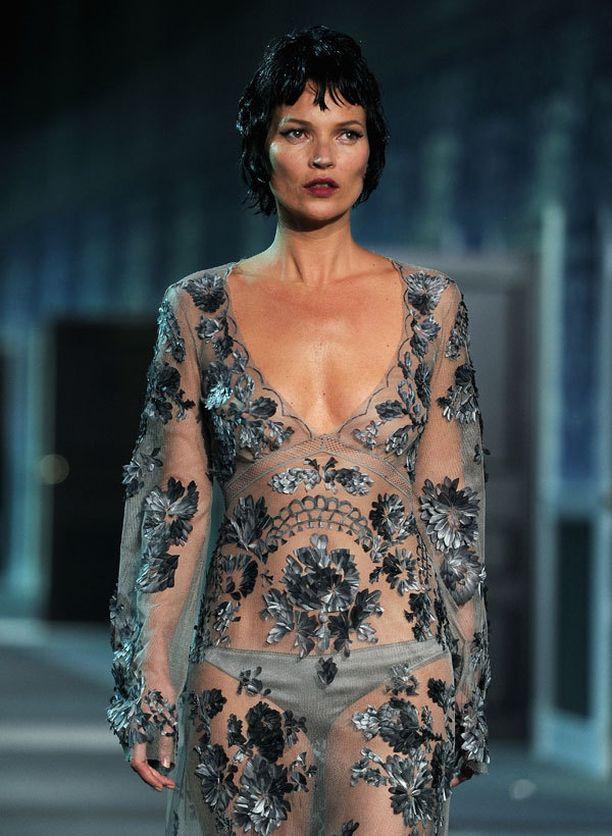 Kate Moss päätti Louis Vuittonin muotishow'n.