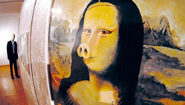 """Itävaltalaistaiteilija Nino Holmin maalausta Mona Lisau voi ihailla Saksan Rotthalmünsterissä esillä olevassa näyttelyssä, jonka teemana on """"Sika taiteessa"""". Kyseinen da Vinci- jäljitelmähän näyttää selvästi kärsivältä."""