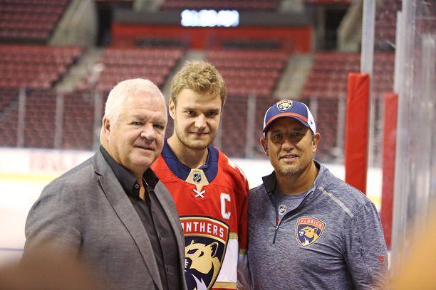 Florida Panthersin GM Dave Tallon (vas.), Aleksander Barkov ja päävalmentaja Bob Boughner poseerasivat yhdessä syyskuussa, kun Barkovista tehtiin Panthersin kapteeni.
