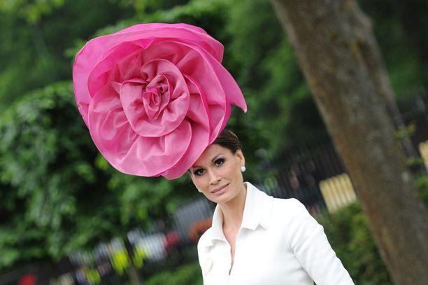 Tansakalainen muotisuunnittelija Isabelle Kristensen sai varmasti huomion puoleensa jättimäiseksi ruusuksi muovatulla päähineellään.