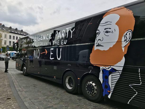 Luxemburgin aukion laitaan Europarlamenttia vastapäätä on parkkeerannut norjalaisen Lars Kuznerin kampanjabussi.