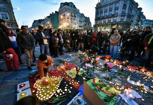 Ihmiset ovat tuoneet uhrien muistoksi runsaasti kukkia ja kynttilöitä Brysselin keskustaan.